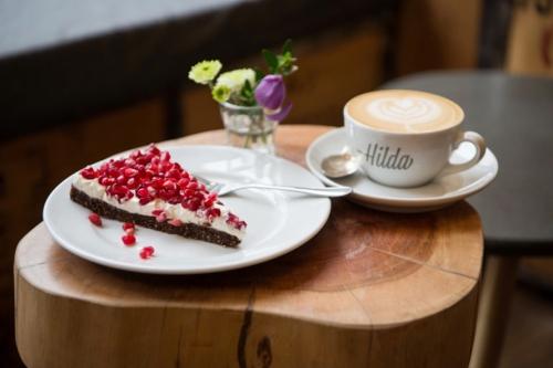 Café Hilda Kiel 02-cafe_hilda_kiel_schoko-torte-cappuchino-500x333