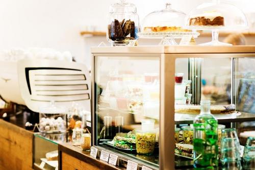 Café Hilda Kiel 12-cafe_hilda_kiel_vitrine-auswahl-speisen-500x333